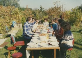 Bal oldalon: Kiss Tamás, asztal végén: Benkő Károlyné
